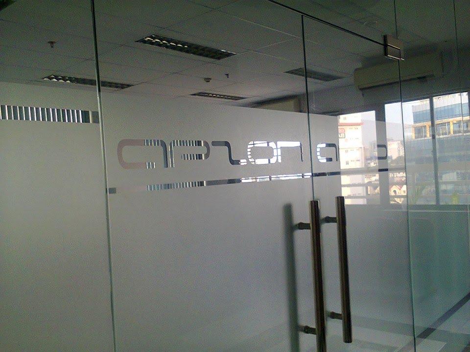 Dán logo kính mờ cho văn phòng